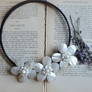 Beautiful Mother of Pearl Flower Necklace NWT